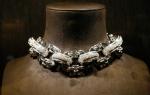 Collar presentado en la tienda de joyas de LV en Paris.
