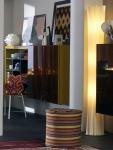 Otra vista del área del comedor muestra este modular, en el que la vajilla y parte de la lencería de casa luce como un elemento decorativo más. La moderna lámpara de color blanco, y las figuras de los animales sobre el mueble, así como los cuadros, el puff y la alfombra, son complementos ideales para este espacio.