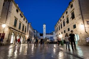 Una escena nocturna del centro de la ciudad.