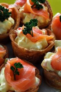 Canapés de salmón curados con hierba de limón