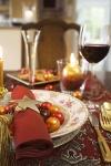 Deje que su imaginación sea el principal ingrediente en su mesa. En esta decoración, las clásicas bolitas para el árbol han servido como adornos para colocar sobre los platos y otros espacios. Los servilleteros dorados con forma de estrellas que terminan en borlas, complementan el arreglo.