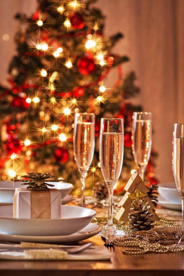 ¿Un detalle especial para sus invitados? Lógrelo, colocando regalos sobre la vajilla de cada uno de los puestos de la mesa. Otros ornamentos como las cuentas doradas y los piñones darán calidez a la cena.