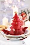 El rojo es, sin duda, el tono característico de la Navidad. Y qué mejor que usarlo en uno de los elementos tradicionales de esta época, como es el árbol. Este detalle sobre la vajilla le dará a su mesa un toque festivo y moderno a la vez. Las velas, las bolas rojas en las copas y las cerezas sobre la vajilla juegan perfectamente con el resto de la decoración.