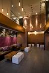 El área lounge da la bienvenida para disfrutar de una noche divertida entre amigos.