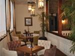 Hotel Roka Plaza se destaca por los detalles antiguos como lámparas y muebles.