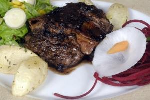 El locro y las carnes son los platos más solicitados del lugar.