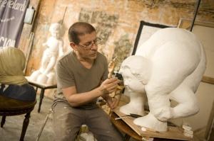 Este reconocido artista guayaquileño comparte sus pensamientos sobre la nueva faceta de su obra, en la que ha empezado a esculpir, por una noble causa.