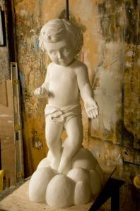 Muchas de las esculturas de Velarde son hechas a partir de sus pinturas o de elementos que forman parte de ellas.