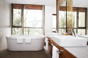 Los ventanales de las habitaciones le permitirán un contacto permanente con la naturaleza.