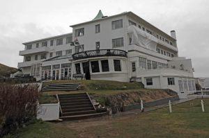 El Burgh Island Hotel, que corona la isla del mismo nombre, que cada día queda aislada de tierra firme por la marea, un sugerente escenario para los relatos de Christie.