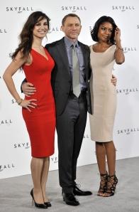El actor británico Daniel Craig (c), posa con las nuevas chicas Bond: Naomie Harris (d) y Berenice Marlohe (i), en Londres.