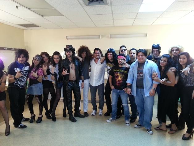 Carlos Ginatta, ganador del concurso, junto a la banda durante el meet & greet.