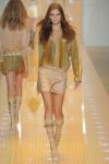 Versace Donatella Versace, directora creativa de la casa, presentó en la pasarela tres tipos de mujeres: bohemia, sofisticada y casual. Los flecos, las sandalias estilo gladiador, los minivestidos, los cortes asimétricos, las mangas estilo campana y los conjuntos de aire sportwear, en blanco y negro, marcaron las propuestas de la diseñadora italiana. El dorado y el ocre predominan en estos diseños, incluso el naranja toma fuerza en este muestrario.