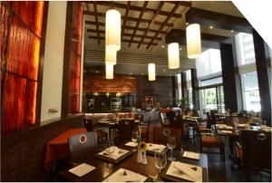 El lugar presenta exquisitos detalles fabricados en madera natural y cobre.