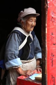 Una mujer naxi, vendedora de papel.