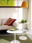 En esta sala principal, el toque de color lo ponen los cuadros, el cojín, la lámpara y los accesorios como los vasos verdes y la bandeja en la mesa auxiliar.