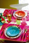 Los detalles en colores brillantes de la vajilla, los individuales y demás artículos del comedor, logran que el lugar luzca alegre e ideal para recibir invitados en casa.