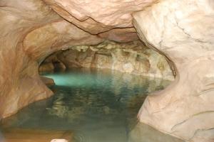 La piscina con la temática de La Gruta, uno de los mayores atractivos del Hillary.