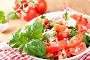 Ensalada de tomate, albahaca y parmesano