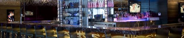 El bar del hotel es el punto de reunión de moda de los turistas y los panameños.