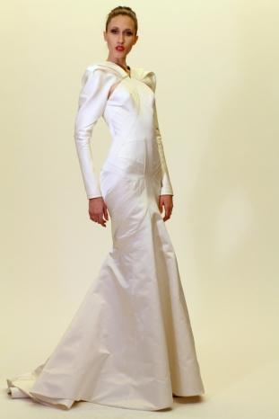 """Zac Posen """"María Callas presentándose en Argentina"""", salpicada con un poco de Martha Graham, es como Zac Posen describió su colección preotoñal. Las inspiraciones pudieron haber girado fácilmente a lo demasiado teatral, pero con excepción de algunas mangas ondeantes, Posen demostró control. El diseñador siguió basándose en su variedad de opciones de gala con vestidos en corte sesgado, de cóctel y el tipo de vestidos esculpidos que lo han hecho famoso."""