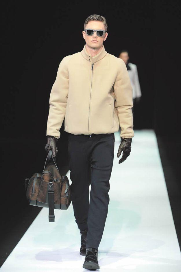 Emporio Armani Giorgio Armani mostró una colección con una amplia variedad de colores y entre los que sobresalen están el amarillo y el beige. Destacan los pantalones slim y las chaquetas de cuero acolchadas, estilo globo.