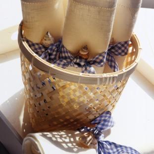 ¿Quiere colocar los individuales de una manera diferente? Enróllelos con cintas en tonos azul y blanco, adornadas con un detalle como un caracolito de mar. Coloque los rollos en una canasta… El resultado será delicado y encantador.