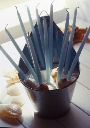 Las velas siempre son un fabuloso recurso para darle calidez a una casa. Colóquelas dentro de un recipiente lleno de arena con pequeños caracoles y piedritas del mar… ¡Obtendrá un detalle divino!