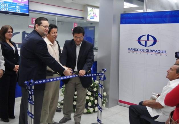 Banco de Guayaquil inauguró la Agencia Balzar El Banco de Guayaquil cuenta ahora con una nueva agencia en la ciudad de Balzar, donde les ofrece a sus clientes todos los servicios bancarios. La oficina se encuentra ubicada en la Avenida Daule, entre callejón 5 y la Paz.