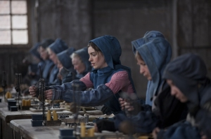 La actriz interpreta a Fantine, una mujer que trabajaba como obrera en una fábrica y tras ser despedida se dedica a la prostitución.