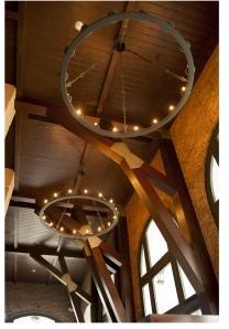 Las imponentes lámparas llaman la atención y dan vida al lugar.