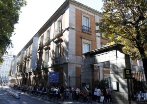 Cientos de personas esperan su turno para entrar en el Museo Thyssen, que con motivo del Día de la Fiesta Nacional se puede visitar de forma gratuita, al igual que otros museos e instituciones.