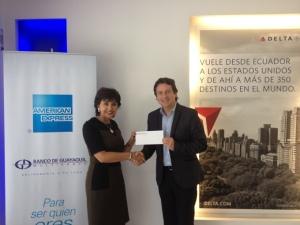 Constan en la foto: Catalina Recalde Morillo - Ganadora American Express Ing. Ricardo Garnica - Gerente Comercial Delta Airlines Ecuador y Colombia.