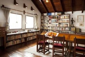 La biblioteca personal del maestro, la que actualmente se ha unificado con la biblioteca institucional de la Fundación Guayasamín.