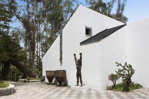 Pieza que destaca: Boceto del Monumento a Rumiñahui, realizado en bronce repujado.