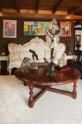 En esta antesala se aprecia la mesa, donde descansa un Cristo Colonial y una corona adornada con piedras preciosas.