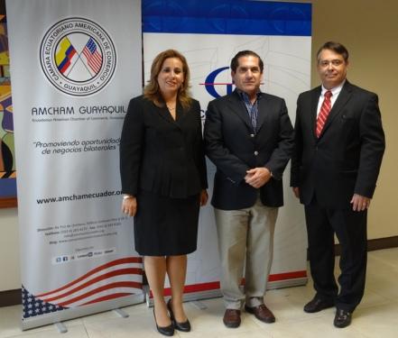 En la fotografía constan María Isabel Carrillo, Gerente Nacional Banca Empresarial; Joaquin Carvajal, Presidente de la Cámara Ecuatoriano Americana de Comercio y Fernando Melo Vicepresidente de Wells Fargo.