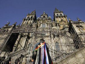 Un integrante de una tuna ante la catedral de Santiago de Compostela.