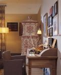 El mueble del fondo, de estilo marroquí, junto con el escritorio y los cuadros se conjugan para que este espacio sea un rincón especial para leer, trabajar o escribir.