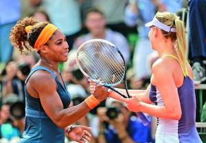 Serena con Maria Sharapova, luego de su triunfo en Roland Garros.