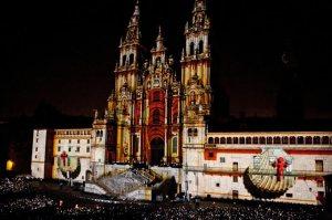 La Catedral de Santiago iluminada para dar inicio al Día Grande de Galicia.