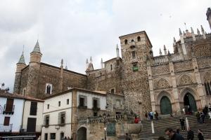 Imagen de la fachada principal del Monasterio de Guadalupe, en la localidad del mismo nombre de la provincia extremeña española de Cáceres.