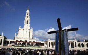 Peregrinos visitan el Santuario de la Virgen de Fátima, en Portugal.