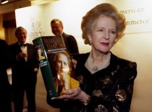 La exprimera ministra británica presentando uno de sus libros en 1997.