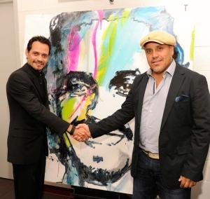 Leonardo junto al cantante Marc Anthony a quien le pintó uno de sus retratos.