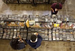 Encuentre tesoros musicales y libros en las tiendas de los alrededores.