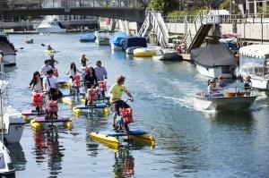 Disfrute de las bicicletas acuáticas en el canal de la isla de Naples.