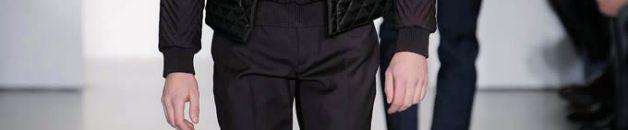 El diseñador de la línea masculina, Zuchelli, presentó un look entre lo casual y lo deportivo, utilizando texturas lisas. Los colores cuentan con una paleta bastante monocroma, destacando el negro, el gris y el azul marino. Fiel a su estilo minimalista y de cortes simples, la distinguida colección muestra abrigos oversize, tejidos acolchados, suéteres de punto, clásicas camisetas y chaquetas de cuero.