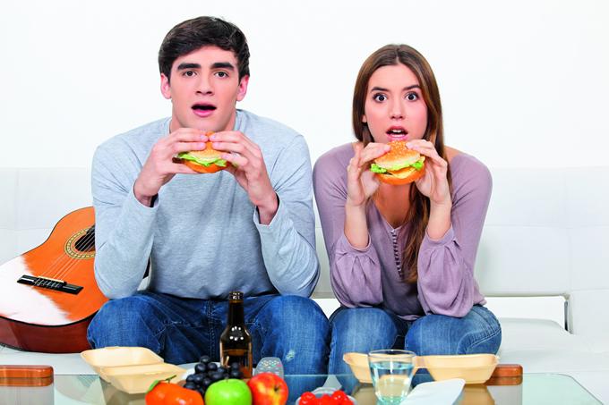 Resultado de imagen para comiendo en la television