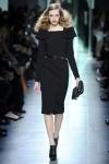 Predominan los trajes rectos y las cinturas marcadas. El color estrella de la colección 2013 es el negro, pues es un tono que nunca pasa de moda y es ideal para usar en cualquier ocasión.